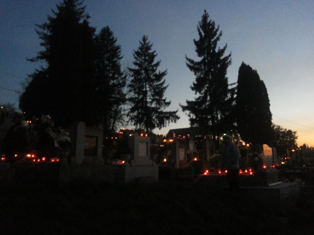 kivilágított temető
