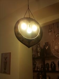 Díszes lámpa a Zsolnay Kulturális Negyedben